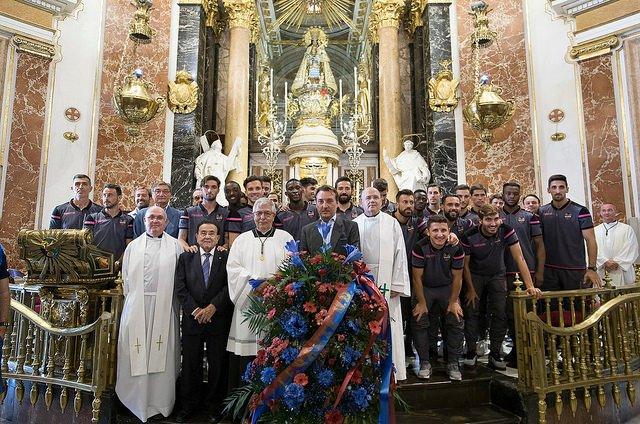 Ofrenda floral del Levante UD a la Mare de Déu