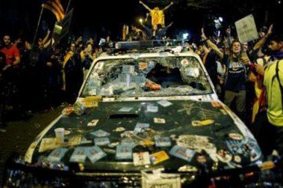 Manifestantes independentistas destrozan vehículos de la Guardia Civil y roban armas ante la mirada impotente de los Mossos