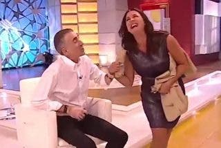 Juan y Medio corta la falda de su compañera de Canal Sur en directo y se monta la mundial