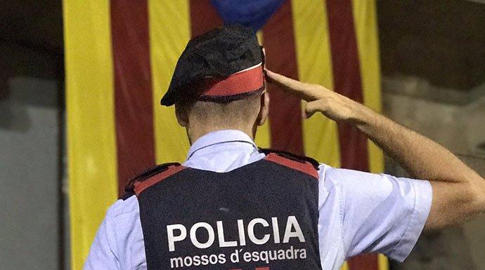 Los Mossos se pasan por la entrepierna la orden de la Fiscalía de impedir el referéndum ilegal