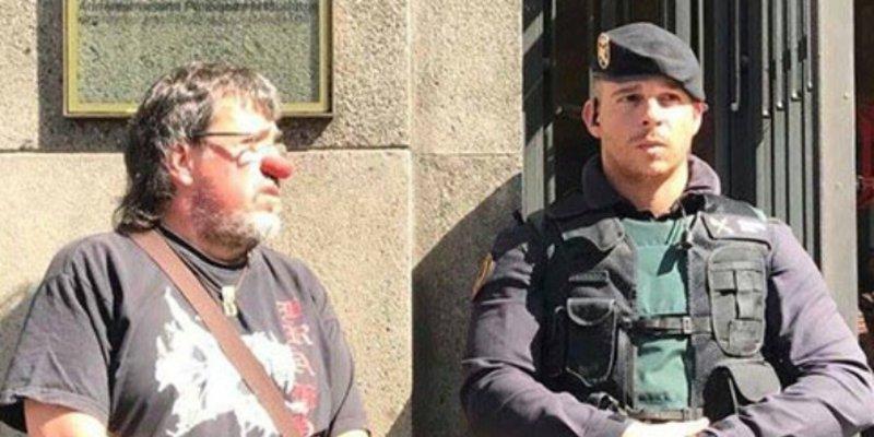 Antonio Burgos admira el temple de la Guardia Civil para no darle un sopapo a los nazis 'catabatasunos'