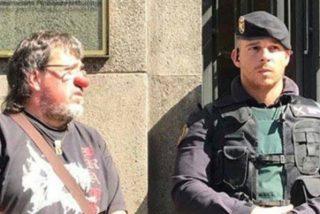 Al concejal de ERC con nariz de payaso que se burla de la Guardia Civil se le quitan las ganas de reírse