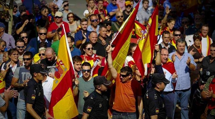 El cagueta de Garzón llama nazis a quienes enarbolan banderas de España ¡y le dan una buena purga en Twitter!
