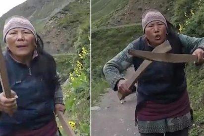 Se queja a la mesonera de que el té es caro y la corren a palos por el monte