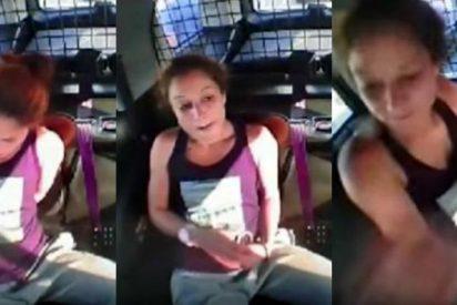 [VÍDEO] Así se escapó esta mujer esposada en un coche patrulla