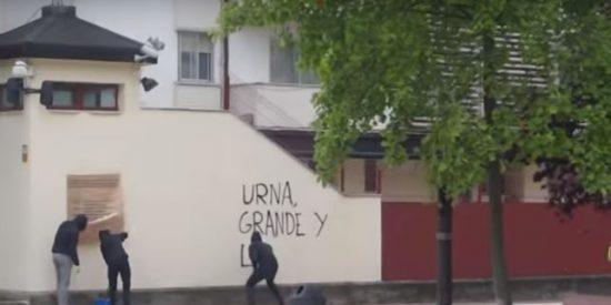 Así pintan los proetarras un cuartel de la Guardia Civil a ritmo de mambo 'cupero'