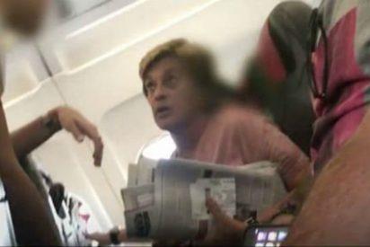 El cabreo indecente de Chelo García Cortés en un avión porque no puede volar en 'business' con su perro