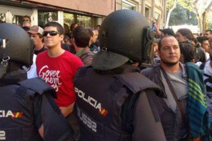 La Policía Nacional disparó balas de fogueo para abrirse paso entre los independentistas que los cercaban en la CUP