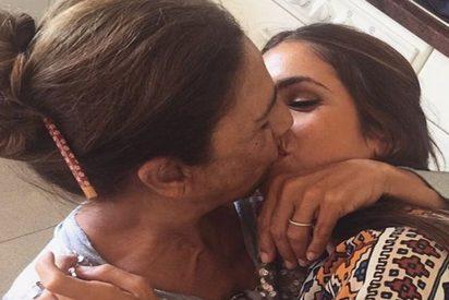 Este inocente beso en la boca de Lolita y su hija desata todo tipo de sucios comentarios en las redes