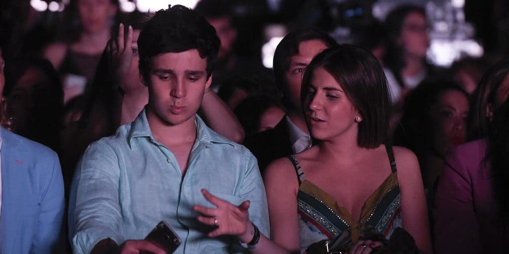 El gran Froilán pega un corte de manga a la prensa en el concierto de Maluma
