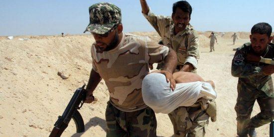 ¡A la horca! En Irak van colgando por el cuello hasta que mueran los terroristas del ISIS que atrapan