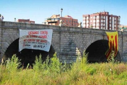 Pillan a un independentista catalán intentando colgar una estelada en un puente de Madrid