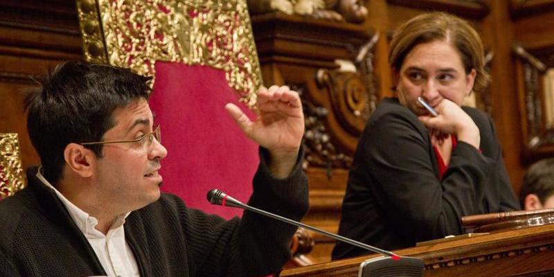 Ada Colau se 'acojona' y no cederá locales en Barcelona si Puigdemont no le da garantías