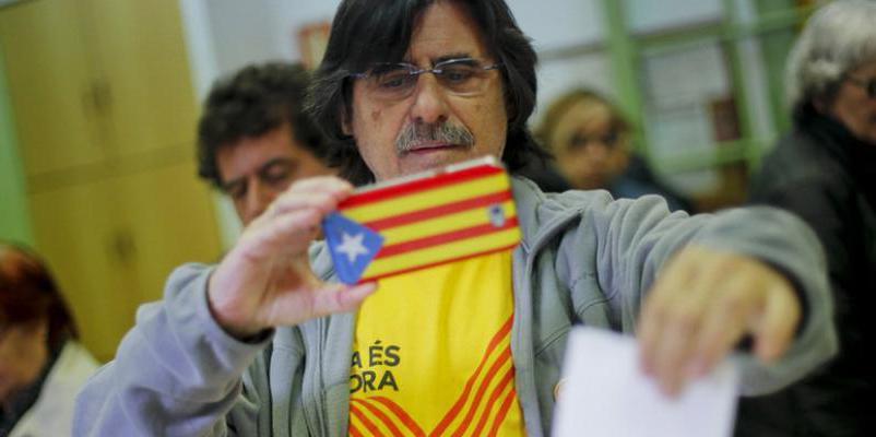 El Govern se pasa a TC, Fiscalía y Rajoy por la entrepierna y envía cartas a 55.000 catalanes para formar mesas electorales