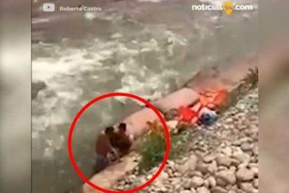 [VÍDEO] El vídeo de esta pareja sorprendida practicando sexo en las orillas de un río se vuelve viral