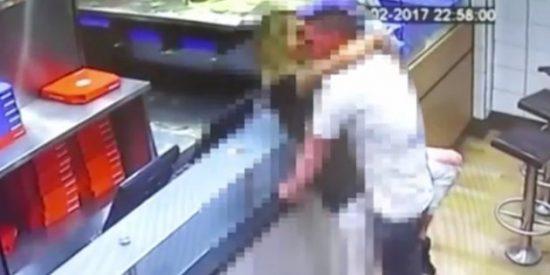 ¡Insólito! Una pareja practicando sexo a plena luz del día en un Domino's Pizza