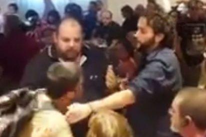 [VÍDEO] Así expulsaron a este hombre de un acto de Podemos tras llamar