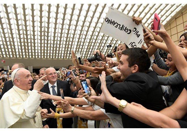 """El Papa pide a los jóvenes evitar la tentación del """"narcisismo"""