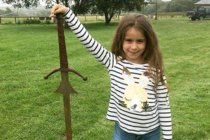 Esta niña encontró la legendaria espada Excalibur