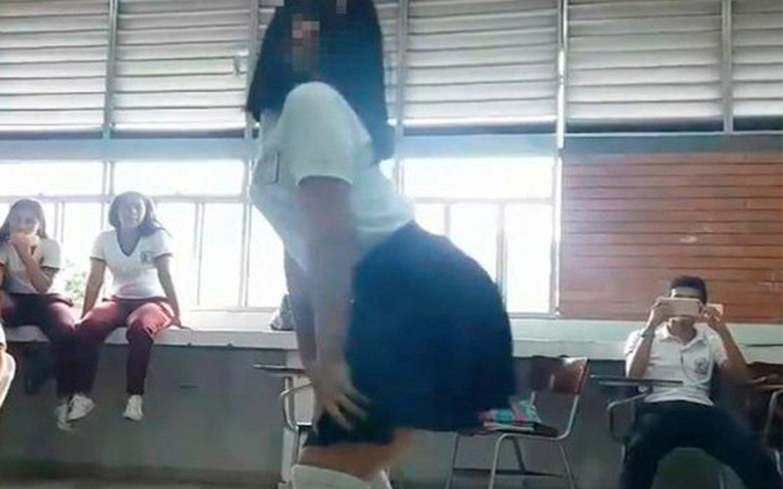 ¡Insólito!: Colegialas hacen este baile sexy en clase delante de profesores