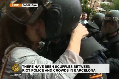 Así morrea a traición la 'salida' separatista al policía antidisturbios