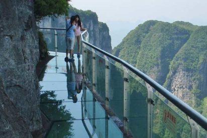 [VIDEO] Una pasarela de cristal a 1.200 m. de altura 'se rompe' bajo los pies de un hombre