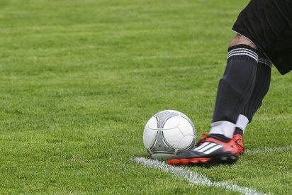 [VIDEO] El osado futbolista que se limpia la bota en la media del árbitro