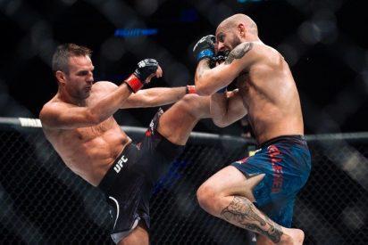 [VIDEO] Indignación en la red por este luchador de UFC que continuó golpeando a su rival noqueado en el suelo