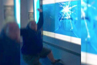 [VIDEO] Este hombre casi es devorado por un 'tiburón' tras ignorar un cartel de peligro