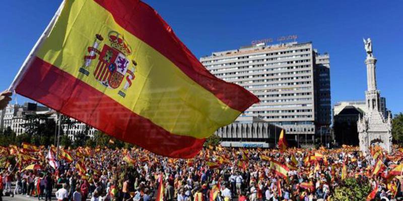 """Una multitud con banderas españolas abarrota la Plaza de Colón y pide a gritos: """"Puigdemont, a prisión"""""""