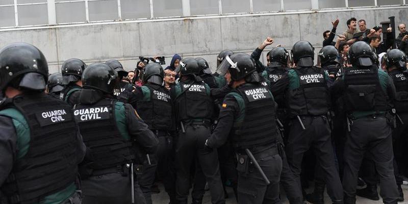 La Generalitat de Cataluña improvisa un censo universal y sin sobres y la Guardia Civil lo bloquea
