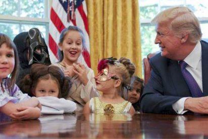 El 'ogro' Donald Trump juega con los hijos de los periodistas en la visita de Halloween