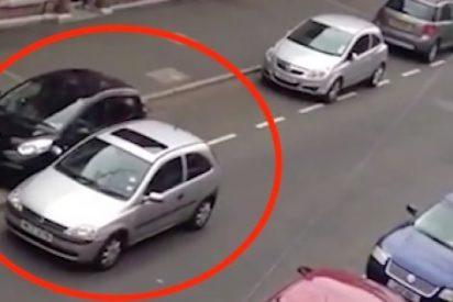 [VIDEO] ¿No crees que aparcar en ese hueco es fácil?; pues mira lo que hace este conductor