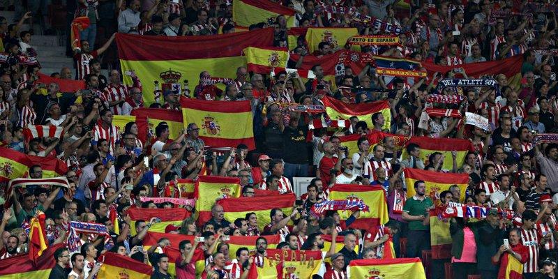La afición del Atleti abuchea al Barça y a Piqué entre un mar de banderas de España