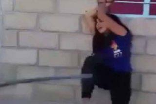 El novio cornudo azota con una manguera a la chica y nadie hace nada para impedirlo