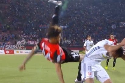 [VIDEO] La terrible caída de este futbolista chileno que acaba vomitando sangre