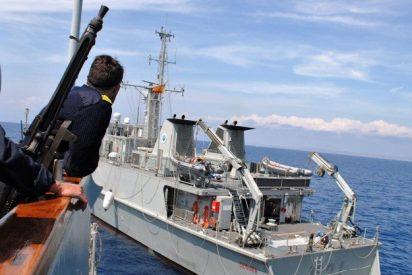 El cazaminas de la Armada que entra en un puerto catalán al ritmo de 'Banderita'