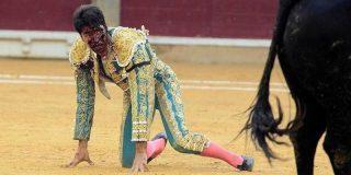 Cayetano Rivera cogido por el toro que lo deja como un eccehomo en la Feria del Pilar