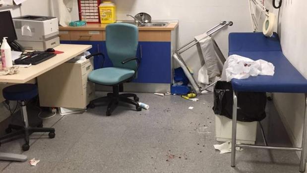 Propina una brutal paliza al médico y las enfermeras cuando le curaban una mano