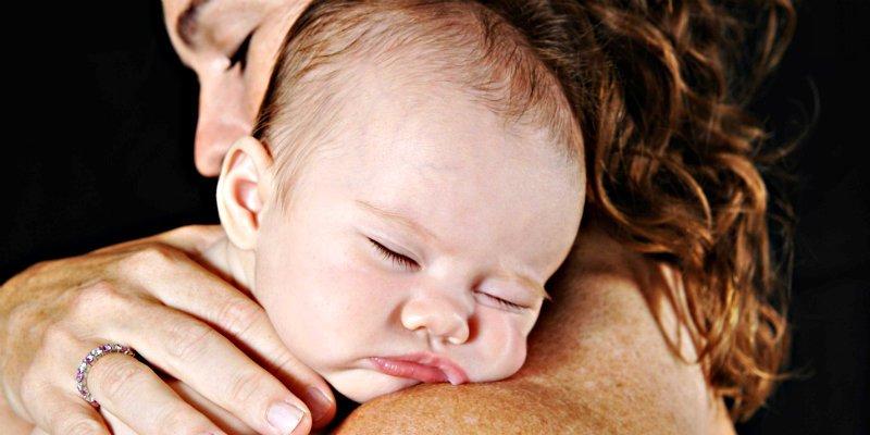 ¿Sabes por qué madres de todo el mundo alteran la voz para hablar a sus bebés?