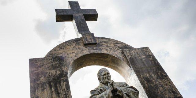 Francia ordena retirar la cruz que corona una estatua de Juan Pablo II