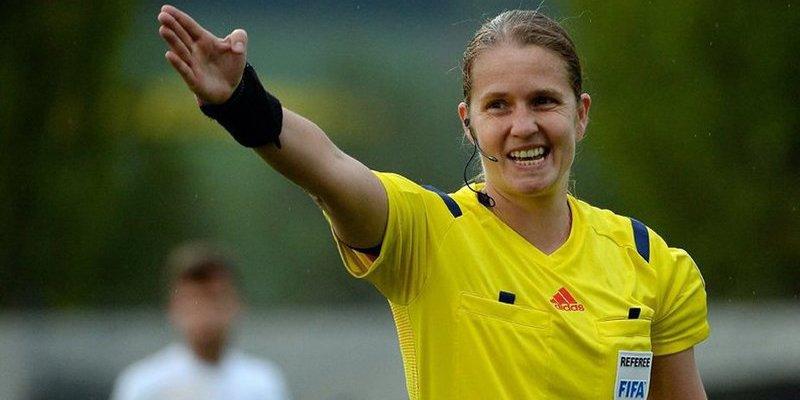 La 'estricta gobernanta' suiza que arbitra en la élite del fútbol masculino