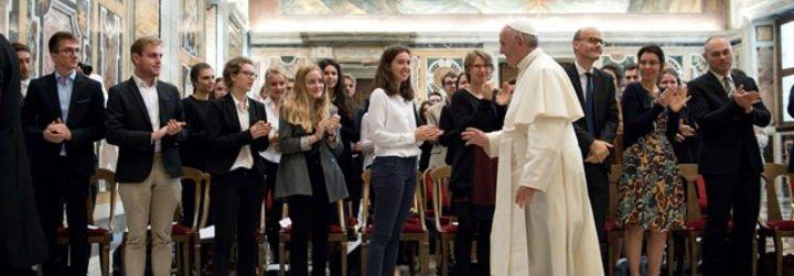 """El Papa pide a los estudiantes """"coraje"""" para """"no obedecer ciegamente a la mano invisible del mercado"""""""