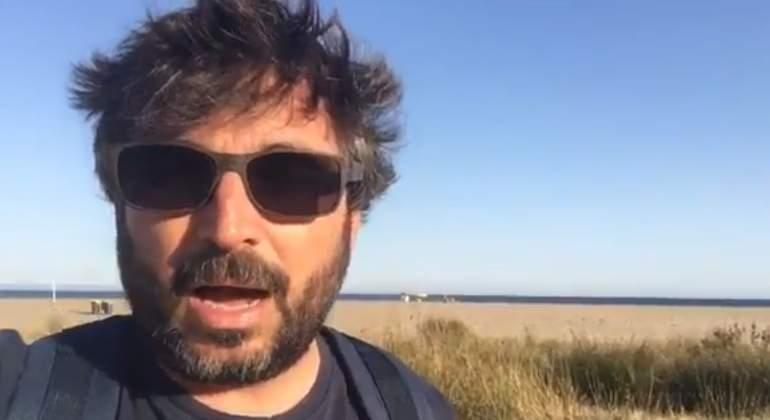 El tuit viral de Jordi Évole tras el traje a rayas que le han hecho a 'los Jordis'