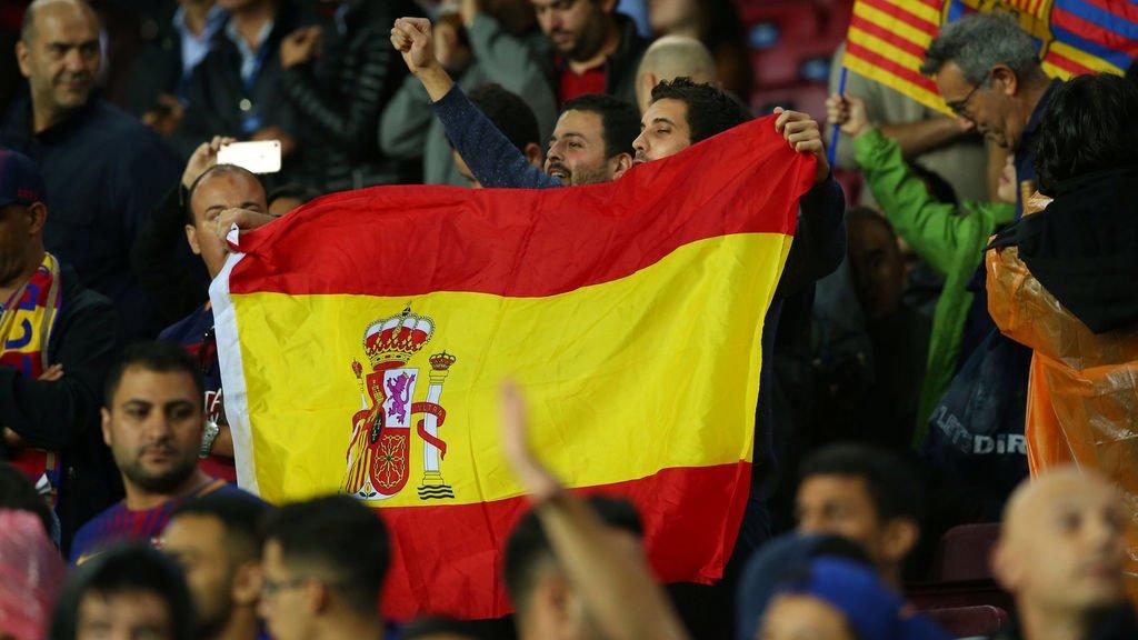 Una bandera de España en el Camp Nou