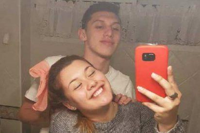 La foto de una pareja en el baño que se ha hecho viral por un extraño detalle