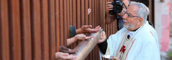 """El obispo de Tucson insta a la Iglesia a """"hacer lo que hace el Papa"""""""