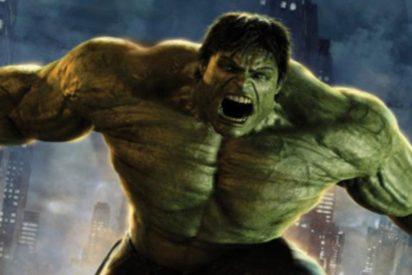 [VIDEO] Un Hulk real, desplaza con sus manos el coche de su vecino para dejar paso al de su tía