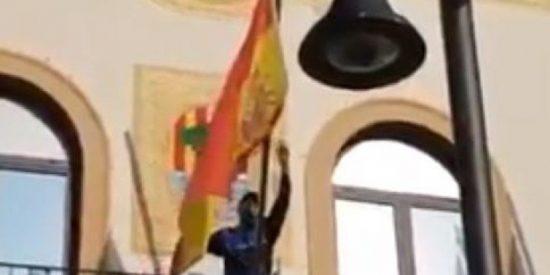 El orgasmo de una independentista catalana al descolgar un policía local la bandera española