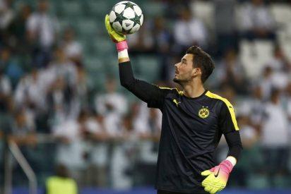 [VÍDEO] ¿Sabes cuál es la extraña superstición del portero del Borussia de Dortmund antes de cada partido?
